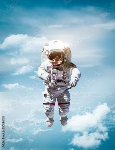 Tableau sur Toile Astronaut floating in stratosphere of planet Earth