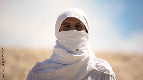 Photo Bedouin in white clothes looking at camera, islamic religion and traditions