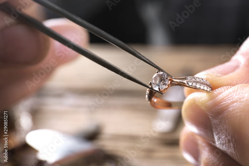 Fotografía  Male jeweler examining diamond ring in workshop, closeup view
