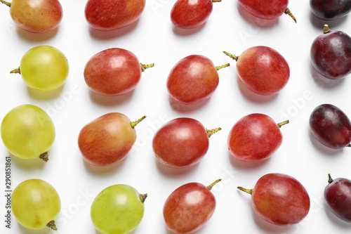 Fresh ripe juicy grapes on white background, top view Fotobehang
