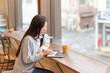 カフェでパソコンを見る女性