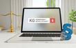 KG (Kommanditgesellschaft) – Laptop Monitor im Büro mit Begriff im Suchfeld. Paragraf und Waage. Recht, Gesetz, Anwalt.