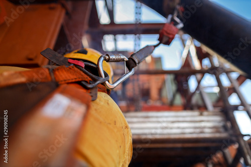 Fotografía  Side view of construction welder wearing safety helmet, fall arrest harness clip
