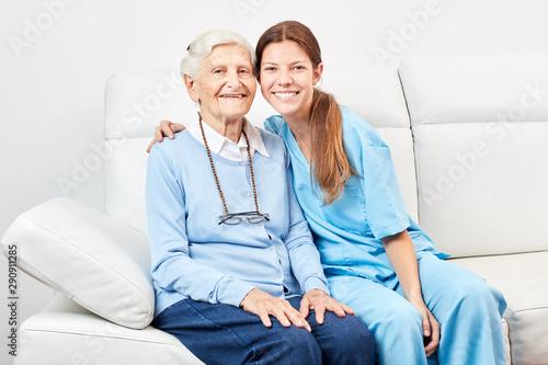 Fotografía  Smiling nursing assistant and happy senior citizen