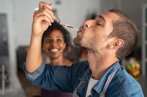 Foto Man tasting spaghetti
