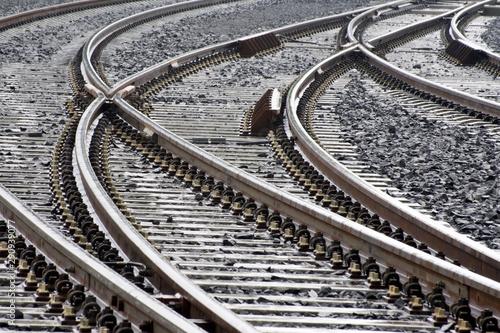 Obraz gleisbogen der eisenbahn mit weichen - fototapety do salonu