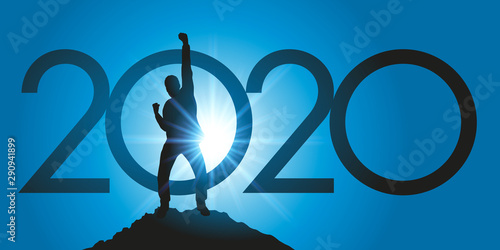 Carte de voeux 2020 montrant un homme satisfait en levant le poing en signe de la victoire après avoir atteint son objectif en arrivant au sommet d'une montagne Wallpaper Mural
