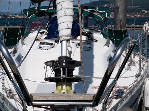 proa de barco con aparejo de navegación Fotobehang
