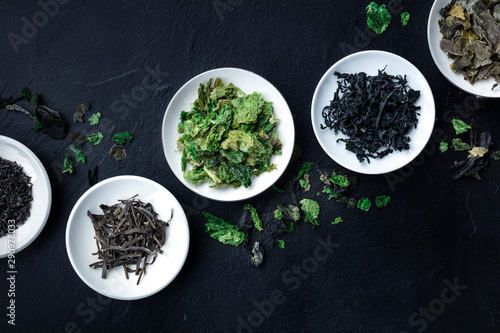 Obraz na plátně Various dry seaweed, sea vegetables, shot from the top on a black background wit