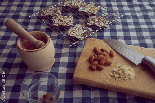 Making chocolate snaks with sliced ​​almonds