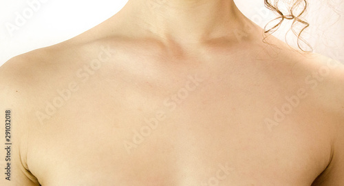 Fotografía  clavicle and chest of a woman