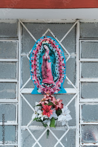 Foto op Plexiglas Historisch geb. Shrine with flowers of catholic icon