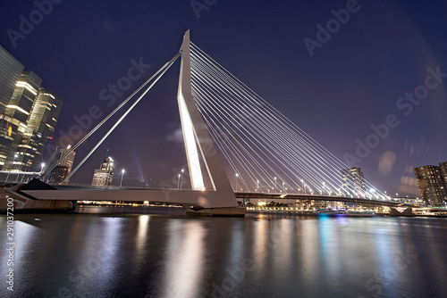 Foto auf AluDibond Schwan Erasmus bridge over the river Maas in the city of Rotterdam