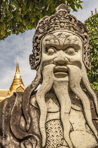 In de dag Historisch mon. Carving of an ancient guardian in the Grand Palace