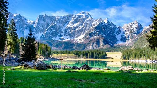 Spring morning at the alpine lake Fototapet