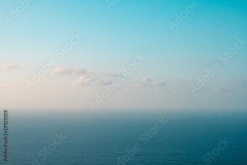 Fotografía blue sky and ocean horizon on sunny summer day