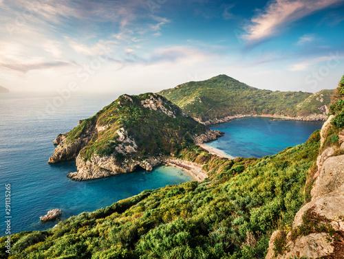 wspanialy-wiosenny-widok-na-zatoke-pirates-miejscowosc-afionas-idealny-poranny-krajobraz-morza-jonskiego-fantastyczna-scena-na-swiezym-powietrzu-wyspy-korfu-grecja-europa-piekno-natury-pojecia-tlo