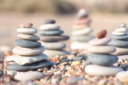 Zen pierres a sable Zen pyramid of spa stones on the blurred sea background. Sand on a beach. Sea shores. Place for text.
