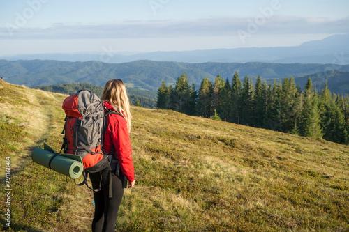 Kobieta na górskim szlaku, Gorce jesień, Canvas-taulu