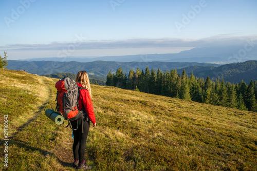 Kobieta na górskim szlaku, Gorce jesień, Fototapet