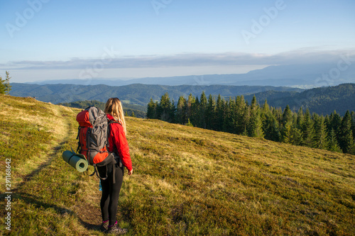 Kobieta na górskim szlaku, Gorce jesień, Tapéta, Fotótapéta