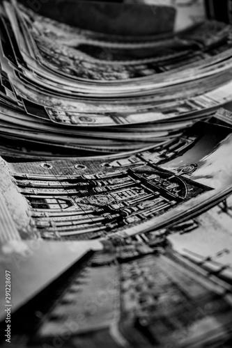 Fotografiet Fotografías y postales antiguas amontonadas con recuerdos de viajes del pasado