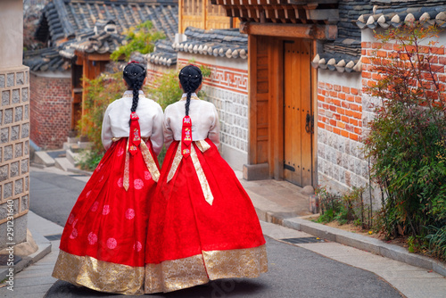 Fotografía Korean lady in Hanbok or Korea dress and walk in an ancient town in seoul