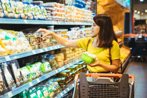 Cuadros en Lienzo  young pretty adult woman do shopping in grocery store