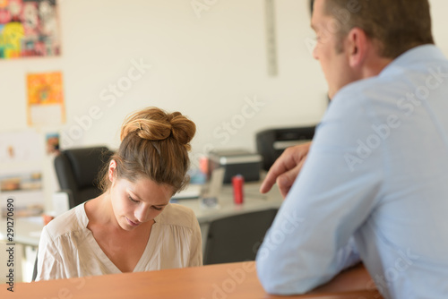 Photo a female receptionist with guest
