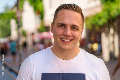 Fotografia  Smiling friendly attractive young man