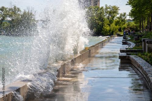 Canvas Print Waves crashing in Port Credit, Ontario