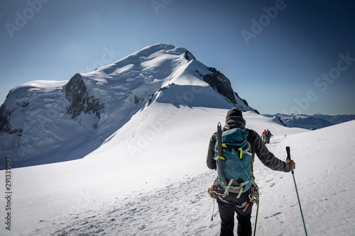Photo Alpiniste sur l'ascension du Mont-Blanc (4810m) au niveau du dôme du Goûter
