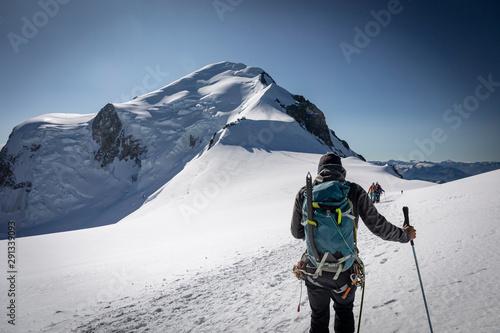 Alpiniste sur l'ascension du Mont-Blanc (4810m) au niveau du dôme du Goûter Wallpaper Mural