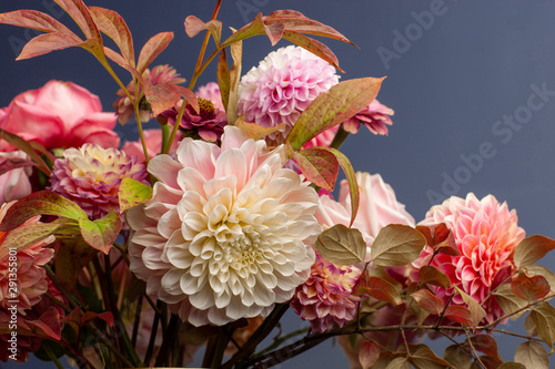 Valokuva Floral composition of dahlia flowers, roses and autumn leaves