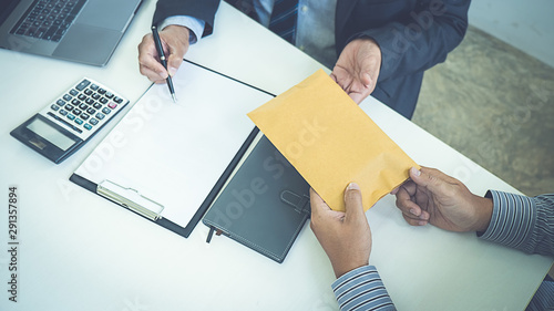 Photographie  Businessman giving money while making deal to agreement a real estate contract and financial corporate
