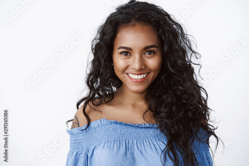 Carta da parati  Close-up attractive confident and charismatic young african american woman with