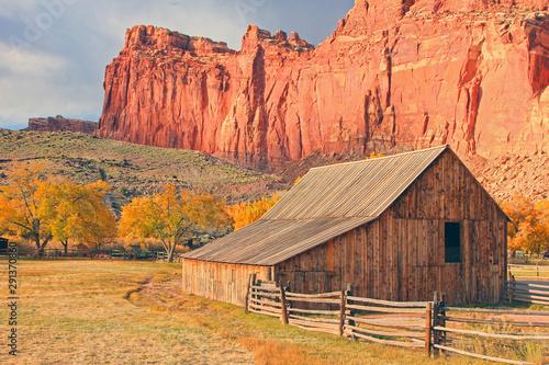 Poster Corail Old wooden barn in the Utah Desert, USA.