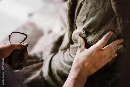 Canvastavla Selective focus sculptor hand molding clay