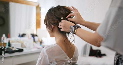 Photo Hairdresser creating a hairstyle for female model in salon