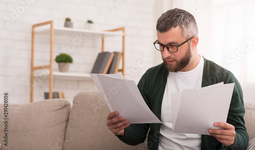 Fotomural Businessman doing work at home, reading documents