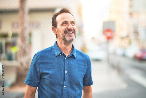 Fotografia  Middle age handsome man standing on the street smiling