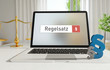 Regelsatz – Laptop Monitor im Büro mit Begriff im Suchfeld. Paragraf und Waage. Recht, Gesetz, Internet.