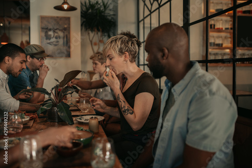 Papel de parede  Diverse young friends enjoying a bistro meal in the evening