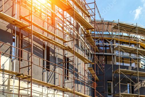 Fotografia Extensive scaffolding providing platforms for work in progress on a new apartmen