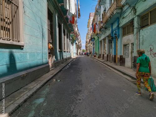 Foto auf Gartenposter Schmale Gasse Street in the city of Havana, Cuba