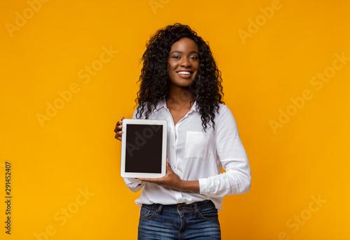 Cheerful black woman demonstrating blank digital tablet screen Tablou Canvas