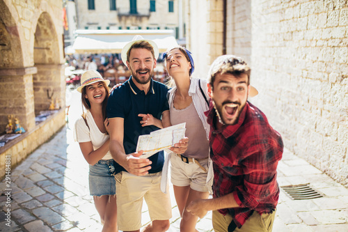 Obraz na plátně  Happy group of tourists traveling and sightseeing