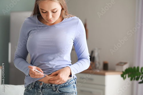 Pinturas sobre lienzo  Diabetic woman giving herself insulin injection