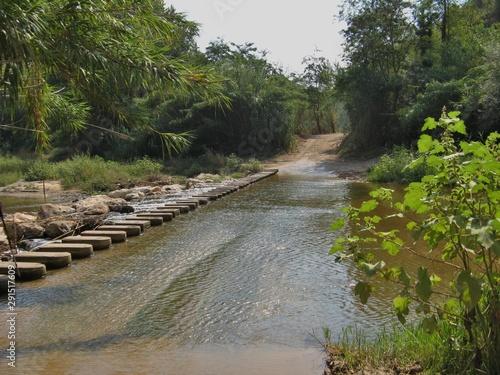 pasarela de piedra para viandantes sobre el río Anoia en un pueblo cerca de Barc Canvas Print
