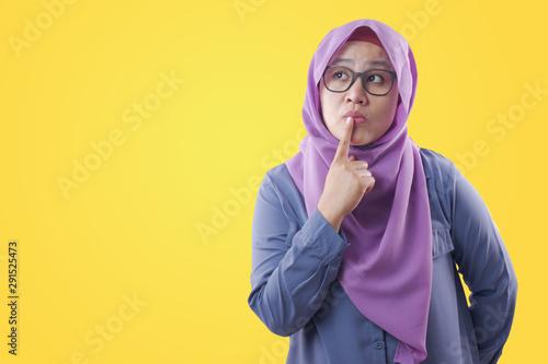 Fotomural Muslim Woman Thinking Something